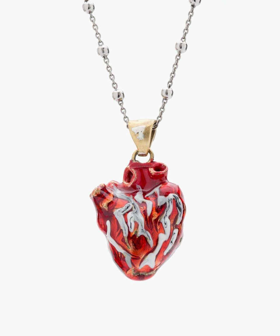 <p>Collana <em>My heart is yours necklace</em> d'argento smaltato, <strong>Ilenia Corti Vernissage.</strong></p>