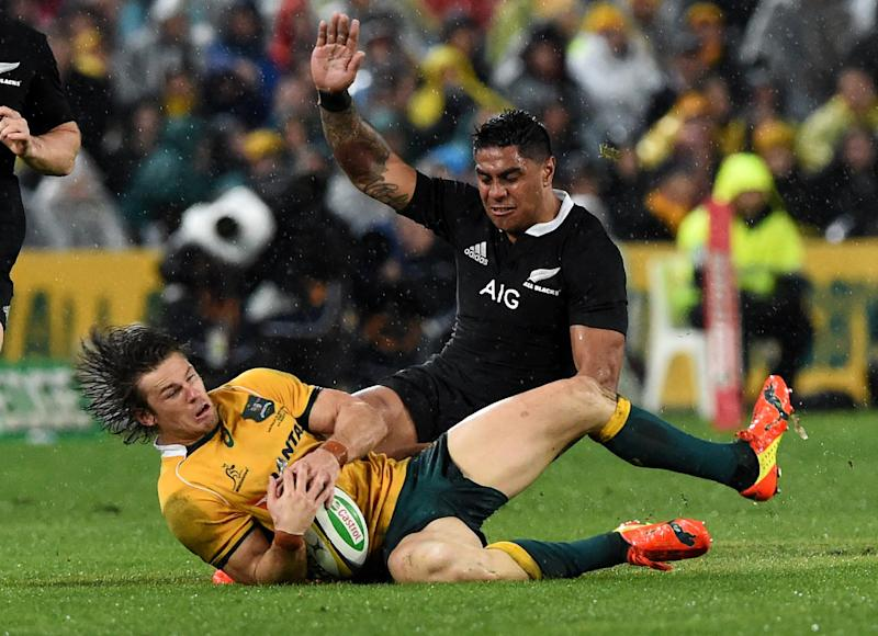 New Zealand All Blacks centre Malakai Fekitoa (R) tackles Australian Wallabies winger Rob Horne during their Rugby Championship Test match in Sydney, on August 16, 2014 (AFP Photo/William West)
