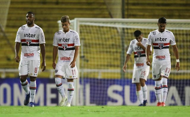 Soccer Football - Copa Sudamericana - Argentina's Rosario Central v Brazil's Sao Paulo - Gigante de Arroyito stadium, Buenos Aires, Argentina - April 12, 2018 - Players of Sao Paulo react at the end of first half. REUTERS/Agustin Marcarian