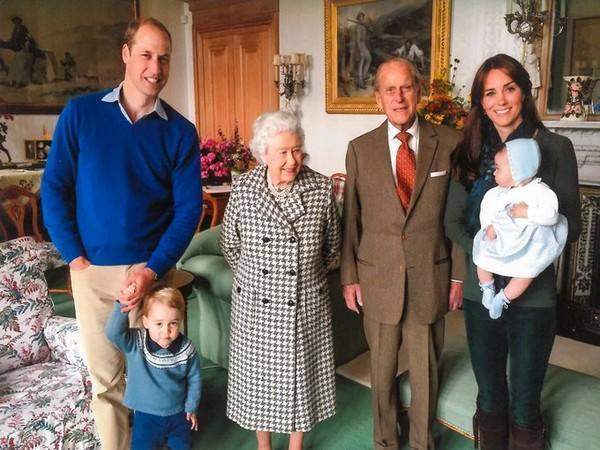 Prince William with Queen Elizabeth, late Prince Philips, Kate Middleton and his children (Image Source: Twitter)