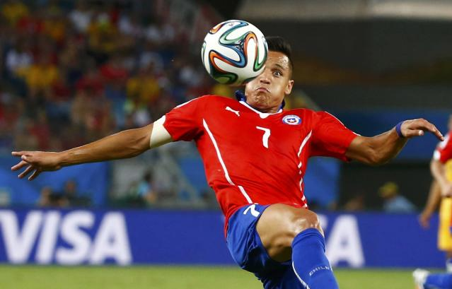 Chile's Alexis Sanchez goes for the ball during their 2014 World Cup Group B soccer match against Australia at the Pantanal arena in Cuiaba June 13, 2014. REUTERS/Paul Hanna (BRAZIL - Tags: SPORT SOCCER WORLD CUP)