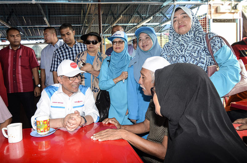Datuk Seri Anwar Ibrahim interacts with members of the public during a campaign walkabout at the Batu 4 Wet Market in Port Dickson October 3, 2108. — Picture by Miera Zulyana
