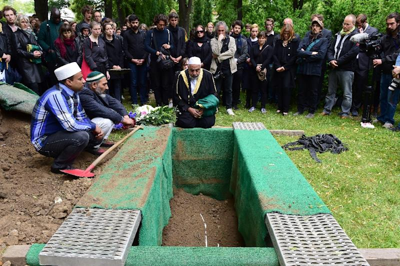 Berlin Imam Abdallah Hajjir (C) recites a prayer during the funeral of an unidentified Syrian refugee who died while making his way to Germany, in a Berlin cemetery on June 19, 2015 (AFP Photo/John MacDougall)
