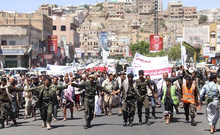 Yemeni Shiite Huthi rebels and supporters take part in a demonstration in the southwestern city of Taez against the Saudi-led military intervention in the country, on March 29, 2015 (AFP Photo/)