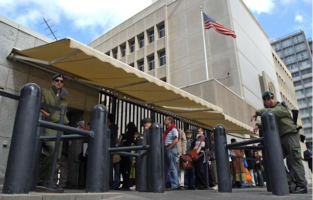 An Israeli border police officer guards the U.S. Embassy in Tel Aviv as other Israelis line up for U.S. visas. (Photo: Eitan Hess-Ashkenazi/AP)