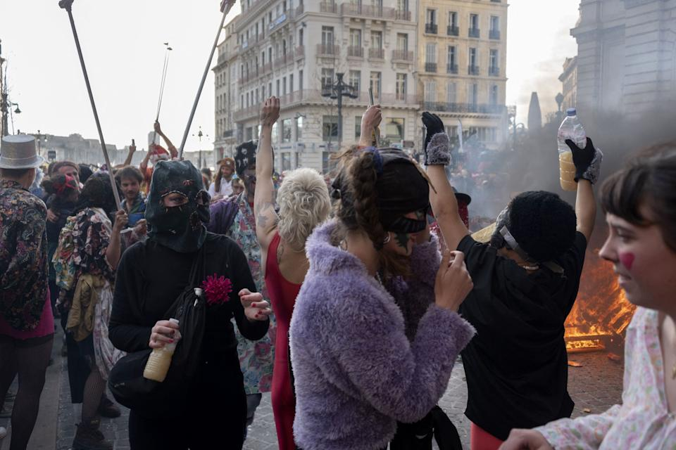 <p>El carnaval ha recorrido algunas de las principales arterias de la ciudad marsellesa. (Photo by CHRISTOPHE SIMON/AFP via Getty Images)</p>
