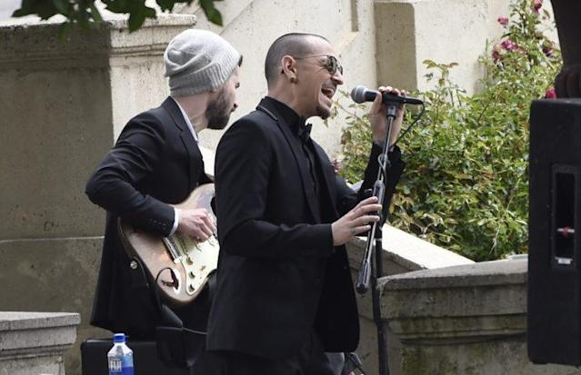"""Chester Bennington performs the song """"Hallelujah"""" at Chris Cornell's funeral on May 26, 2017. (Photo: AP)"""