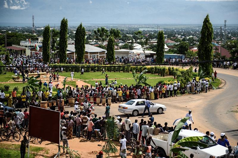 People line the streets as they celebrate the return of the Burundian president after a failed coup attempt in the Kamenge quarter of Bujumbura, on May 15, 2015 (AFP Photo/Jennifer Huxta)