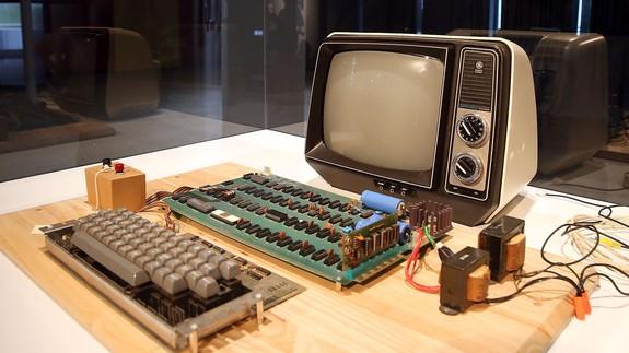 Historic Apple-1 computer bought for $365000