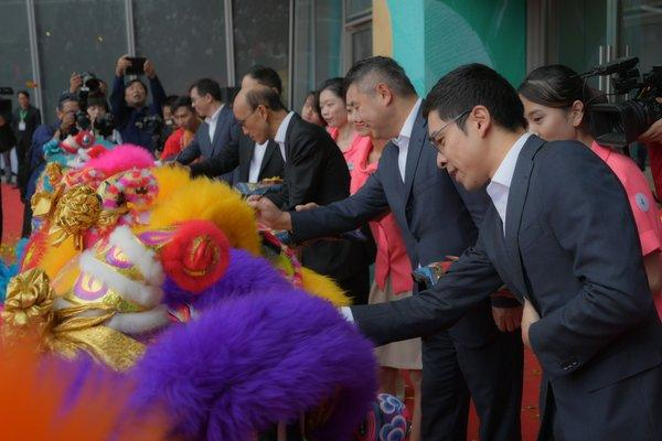 Hang Lung's top management take part in a traditional eye-dotting ceremony to kick start lion dance performance.