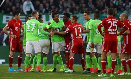Football Soccer - VFL Wolfsburg v Bayern Munich - Bundesliga - Volkswagen Arena, Wolfsburg, Germany - 29/4/17 VfL Wolfsburg's Luiz Gustavo (C) reacts after being shown a second yellow card by referee Felix Zwayer Reuters / Kai Pfaffenbach Livepic