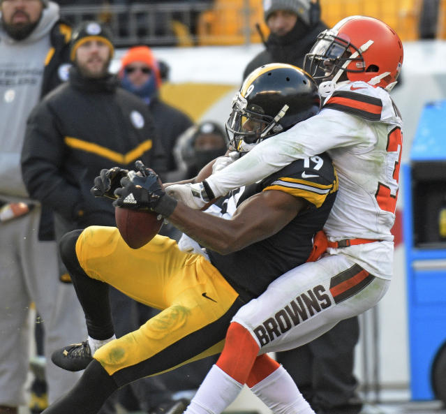 <p>Pittsburgh Steelers wide receiver JuJu Smith-Schuster (19) catches a pass with Cleveland Browns cornerback Jason McCourty (30) defending during the first half of an NFL football game in Pittsburgh, Sunday, Dec. 31, 2017. (AP Photo/Don Wright) </p>