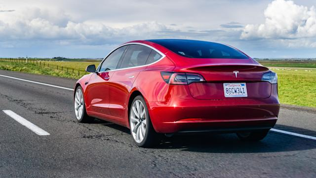 Model 3 rojo de Tesla. Foto: Getty Creative