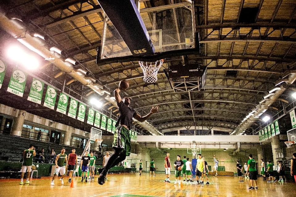 Cameroon's Benoit Mbala attempts a dunk during basketball practice at De La Salle University's gym in Manila on January 24, 2017 (AFP Photo/Noel CELIS)