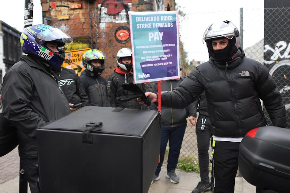 Deliveroo riders from the Independent Workers' Union of Great Britain (IWGB) in Shoreditch High Street, east London, as they go on strike on Wednesday in a dispute for fair pay and basic workers' rights. Photo : Stefan Rousseau/PA via Getty Images