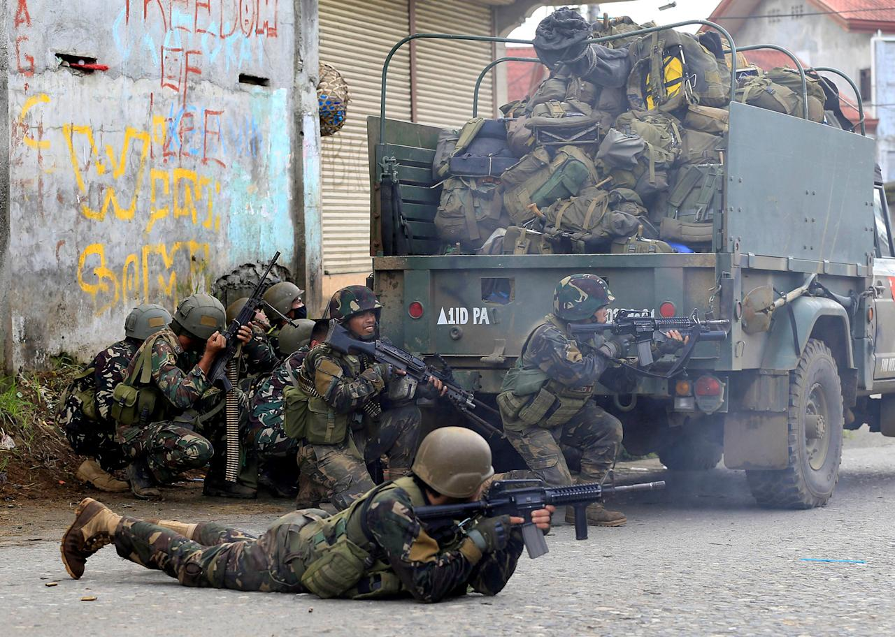 <p>Government troops are seen during an assault on insurgents from the so-called Maute group, who have taken over large parts of Marawi City, in Marawi City, southern Philippines May 25, 2017. (Romeo Ranoco/Reuters) </p>