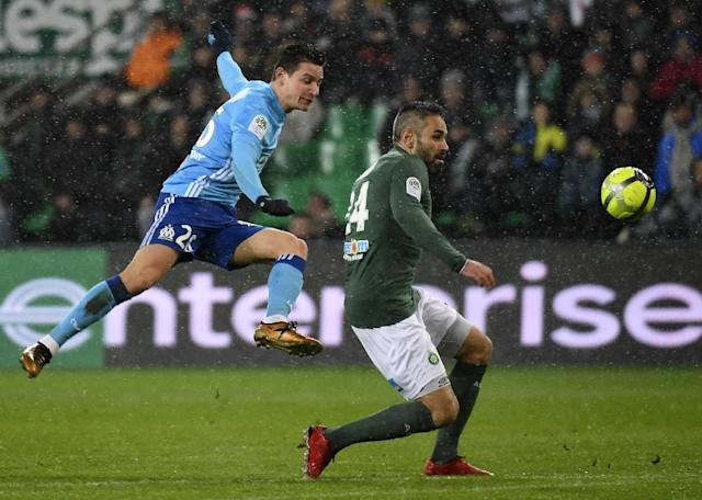 Marseille's midfielder Florian Thauvin (L) scores during the French L1 football match between AS Saint-Etienne and Olympique de Marseille (AFP Photo/PHILIPPE DESMAZES)