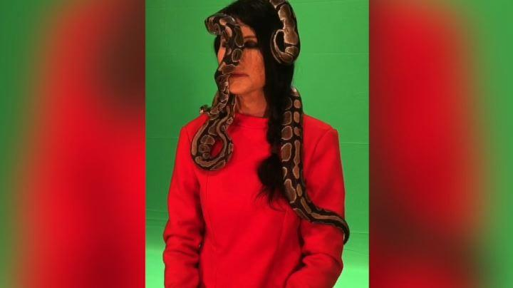 Virginia Raffaele in Marina Abramovic, con serpenti in testa