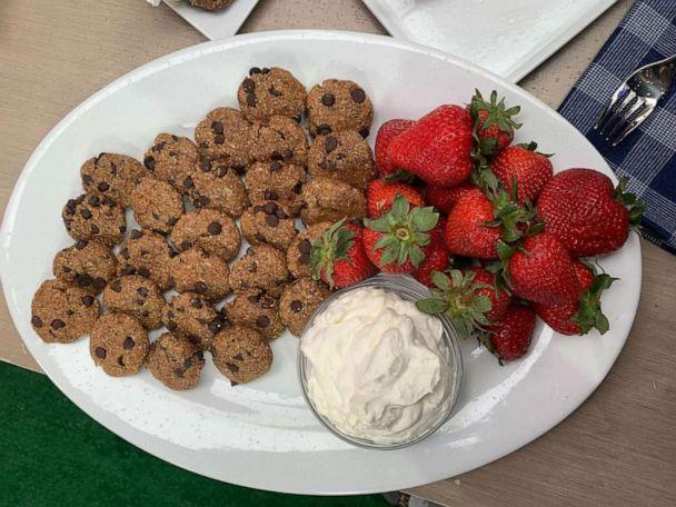 PHOTO: Celebrity chef Rocco DiSpirito's no-bake chocolate chip cookies with strawberries. (ABC)