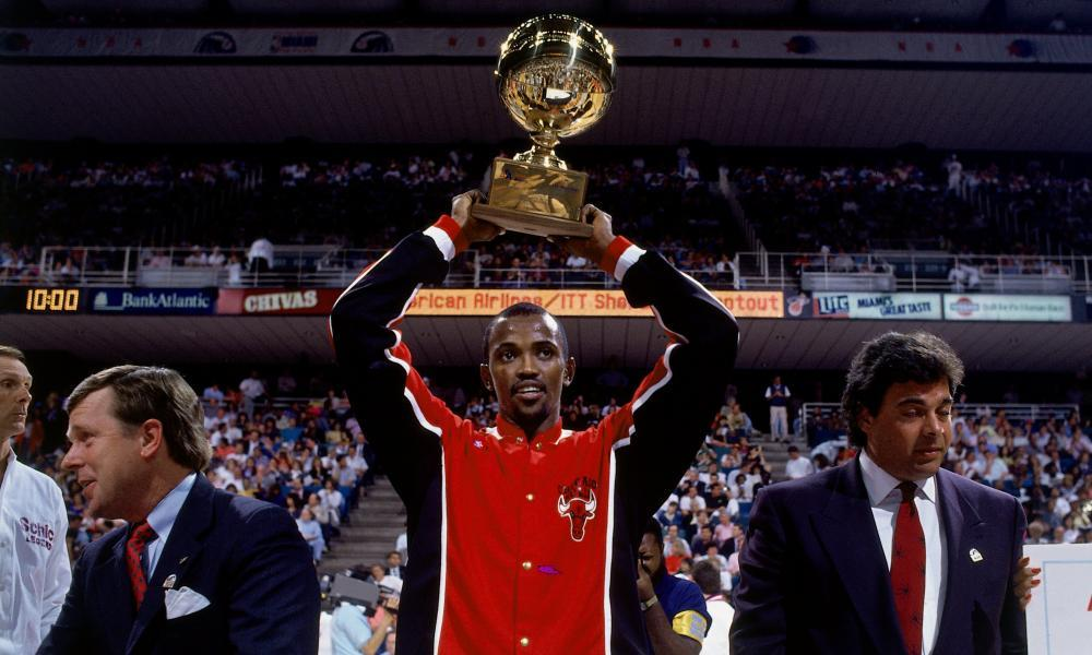 Craig Hodges wins the three-point contest in 1990.