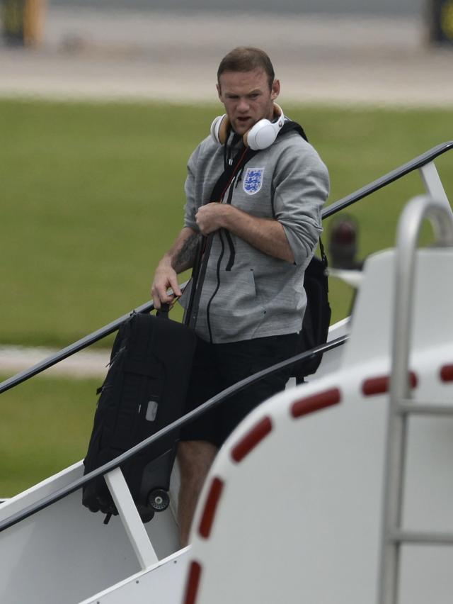 England's Wayne Rooney arrives back from the 2014 World Cup in Brazil at Manchester airport, northern England June 25, 2014. REUTERS/Nigel Roddis (BRITAIN - Tags: SPORT SOCCER WORLD CUP)