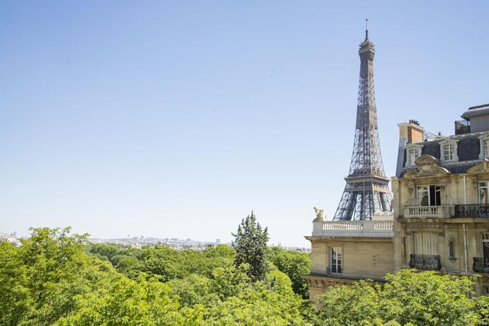 "<div class=""caption""> On the Right Bank of Paris, the fifth-floor apartment of antique dealer and designer Philippe Rapin and his partner, former lifestyle editor Sylvie de Chirée, offers stunning views of the nearby Eiffel Tower. </div>"