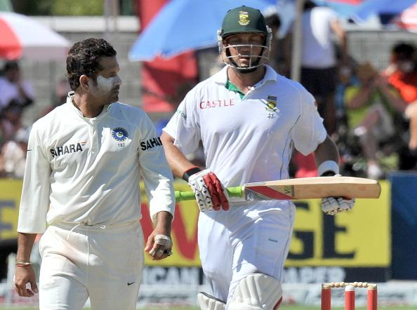 Indian spin bowler Sachin Tendulkar (L) looks at South African Jacques Kallis during the fourth day of the third Test between India and South Africa at the Newlands Stadium in Cape Town on January 5, 2011. AFP PHOTO / ALEXANDER JOE (Photo credit should read ALEXANDER JOE/AFP/Getty Images)