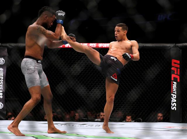 Ultimate Fighting Championship - UFC Fight Night - Terrion Ware vs Tom Duquesnoy - O2 Arena, London, Britain - March 17, 2018 Terrion Ware of the USA (L) and Tom Duquesnoy of France (R) REUTERS/Matthew Childs