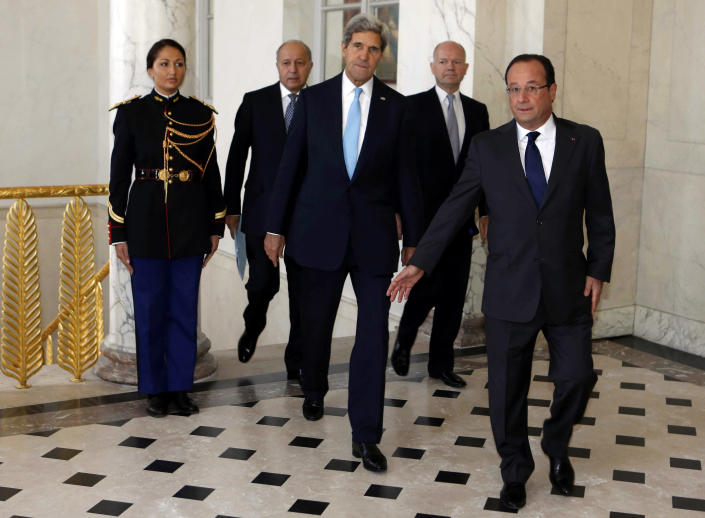 U.S. Secretary of State John Kerry, center, walks with French President Francois Hollande, right, French Foreign Minister Laurent Fabius, second left, and British Foreign Secretary William Hague, second right, before a meeting regarding Syria, at the Elysee presidential palace in Paris, Monday, Sept. 16, 2013. (AP Photo/Larry Downing, Pool)