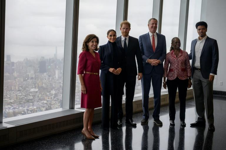 Britain's Prince Harry (C) and Meghan Markle (C L), the Duchess of Sussex, pose with New York Governor Kathy Hochul (L) and New York City Mayor Bill de Blasio (3rd R) (AFP/Ed JONES)