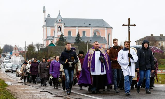<p>Belarus Catholics take part in a procession during All Saints' Day in the village of Baruny, Belarus, Nov. 1, 2017. (Photo: Vasily Fedosenko/Reuters) </p>