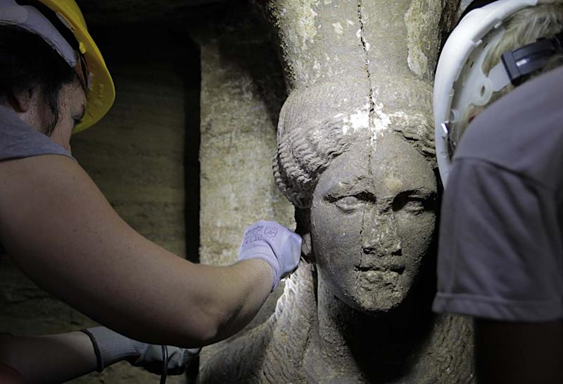 This picture released by the Greek Ministry of Culture on September 7, 2014 shows one of the two statues of a Caryatid inside the Kasta Tumulus in ancient Amphipolis, northern Greece (AFP Photo/)