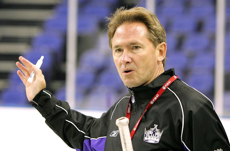 Mike Johnston talks to his team during a training session at the O2 Arena in London, September 28, 2007