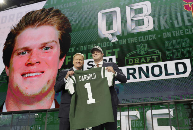 USC's Sam Darnold, right, poses for photos with commissioner Roger Goodell after he was selected by the New York Jets during the first round of the NFL football draft, Thursday, April 26, 2018, in Arlington, Texas. (AP Photo/David J. Phillip)