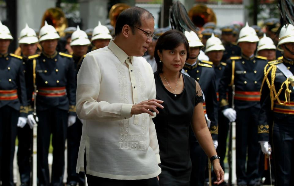 "President Benigno S. Aquino III talks to the wife of the late Interior and Local Government Secretary Jesse Robredo Atty. Maria Leonor ""Leni"" Robredo during the arrival honors at the Kalayaan Grounds, Malacanan Palace on Friday (August 24). His remains will lie in state in Kalayaan Hall, Malacanang until Sunday morning (August 26). President Aquino signed Proclamation No. 460, declaring National Days of Mourning starting August 21 to mark the death of the former DILG Chief until his interment. The national flag will be flown at half-mast from sunrise to sunset in all government buildings in the Philippines and in the country's posts abroad for a period of six days. (Photo by: Jay Morales, Malacanang Photo Bureau)."
