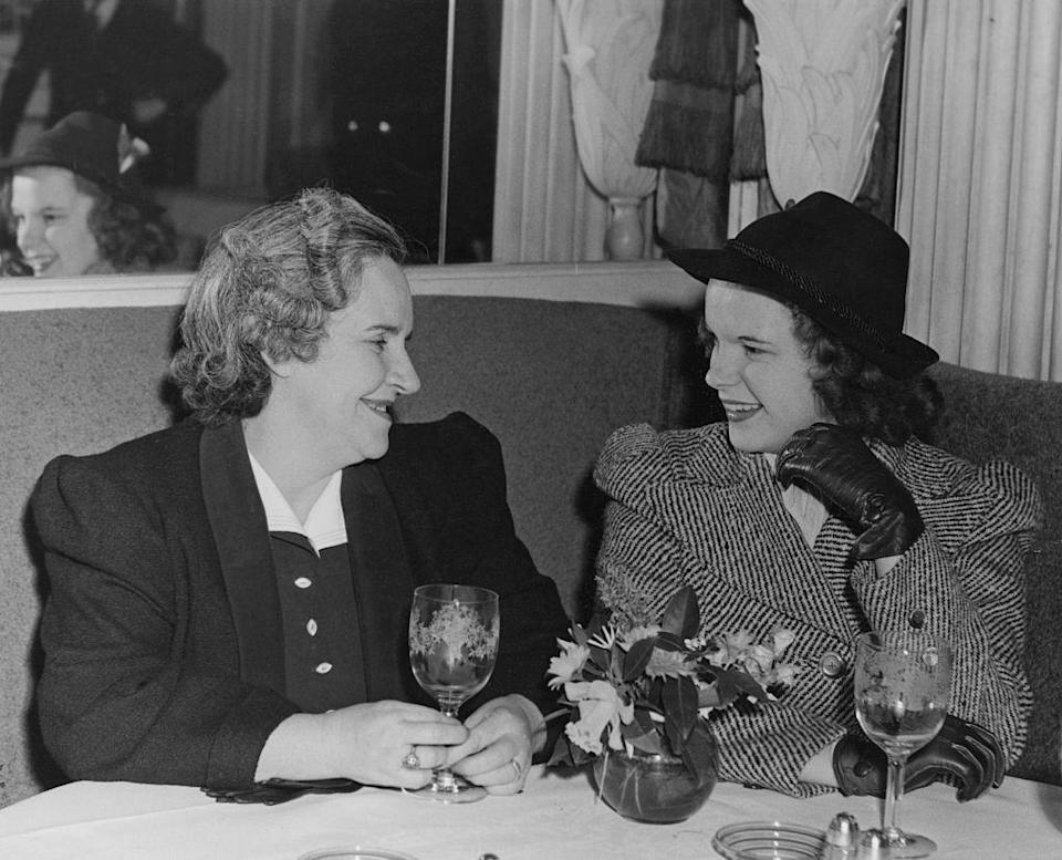 <p>Garland, who was born in Grand Rapids, Minnesota, and was the youngest of three sisters, chats with her mother Ethel Marion Gumm in a restaurant dressed in a felt hat, leather gloves, and a tweed overcoat. </p>