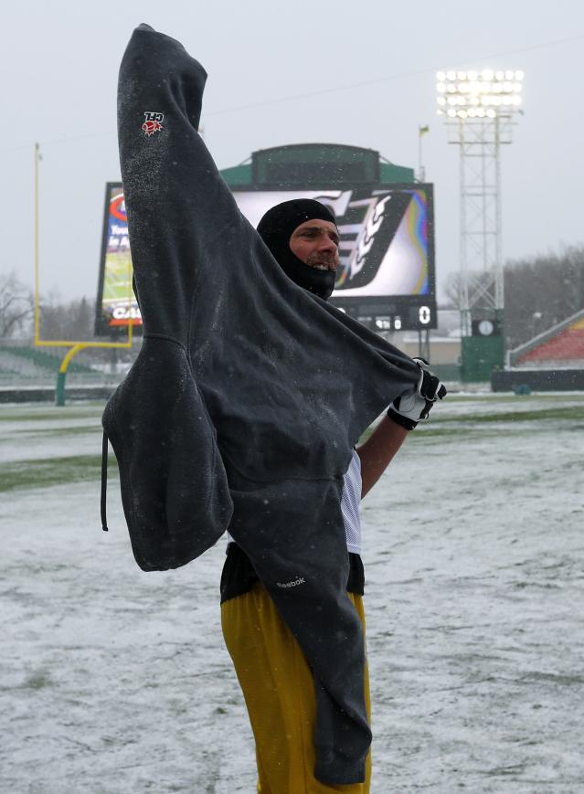 Hamilton Tiger-Cats' Andy Fantuz puts his sweater on in the extreme cold during the team practice in Regina, Saskatchewan, November 20, 2013. The Saskatchewan Roughriders will play the Hamilton Tiger-Cats in the CFL's 101st Grey Cup in Regina November 24. REUTERS/Todd Korol (CANADA - Tags: SPORT FOOTBALL)