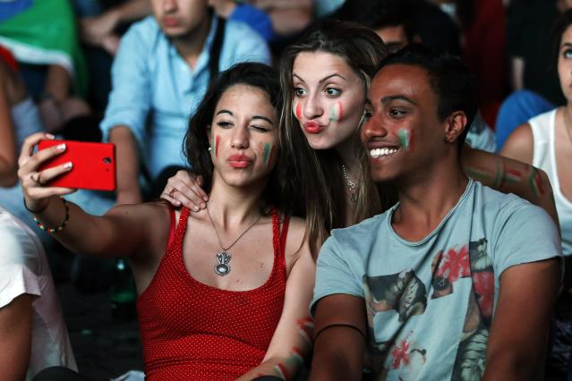 Italian supporters take a selfie as they watch the 2014 World Cup soccer match between Italy and England during a public viewing event in downtown Rome June 14, 2014. REUTERS/Giampiero Sposito (ITALY - Tags: SPORT SOCCER WORLD CUP SOCIETY)