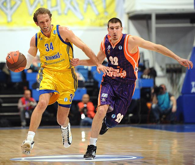 Valencia's Nando De Colo vies with BC Khimki's Zoran Planinic (L) during Eurocup's Final Four final basketball match between BC Khimki and Valencia Saint-Petersburg in Khimki, a surburb of Moscow, on April 15, 2012. AFP PHOTO / KIRILL KUDRYAVTSEV (Photo credit should read KIRILL KUDRYAVTSEV/AFP/Getty Images)