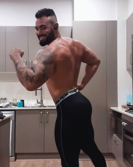 Sam Ball poses in bodybuilding pose in Instagram fitness selfie after mafs