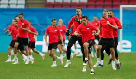 Soccer Football - World Cup - Poland Training - Kazan Arena, Kazan, Russia - June 23, 2018   Poland's Grzegorz Krychowiak and teammates during training   REUTERS/John Sibley