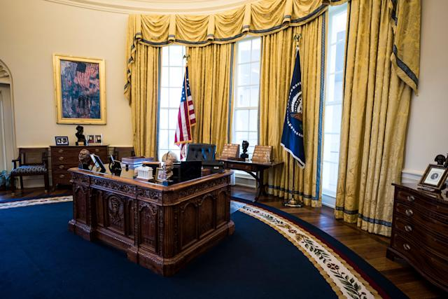 A replica of the Oval Office in the The William J. Clinton Presidential Library.