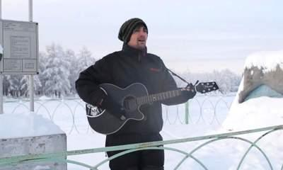 Charlie Simpson Performs World's Coldest Gig