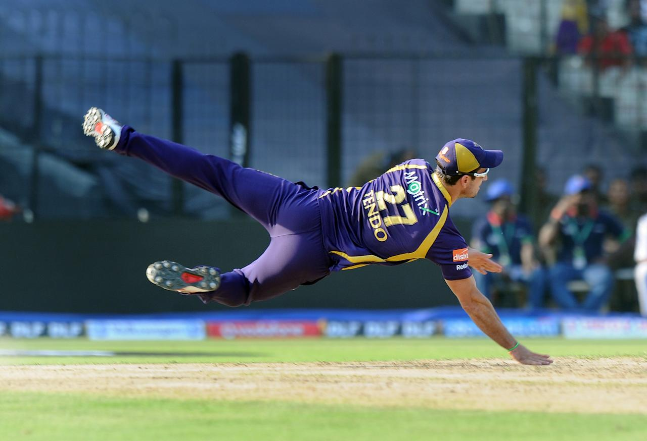 Kolkata Knight Riders Ryan ten Doeschate dives to attempt a run out during the IPL Twenty20 cricket match between Kolkata Knight Riders and Kings XI Punjab at The Eden Gardens in Kolkata on April 15, 2012. RESTRICTED TO EDITORIAL USE. MOBILE USE WITHIN NEWS PACKAGE. AFP PHOTO/Dibyangshu SARKAR (Photo credit should read DIBYANGSHU SARKAR/AFP/Getty Images)