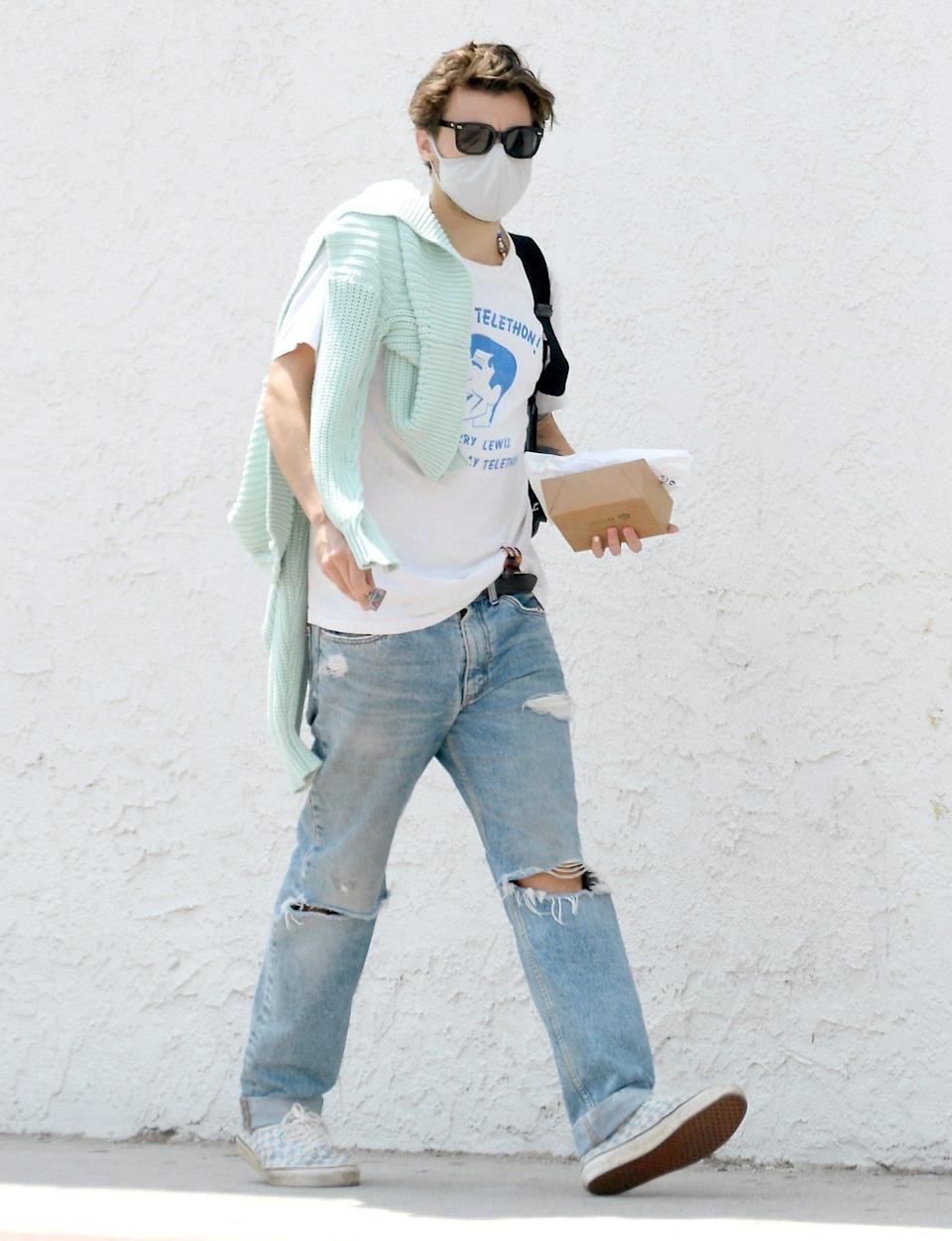 <p>Harry Styles grabs a solo lunch to go on August 25 in Sherman Oaks, California. </p>