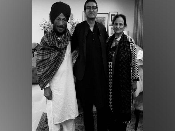 Prasoon Joshi with late athlete Milkha Singh and his late wife Nirmal Milkha Singh (Image source: Twitter)