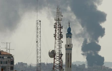 Smoke rises during an Israeli offensive in the east of Gaza City July 27, 2014. REUTERS/Suhaib Salem