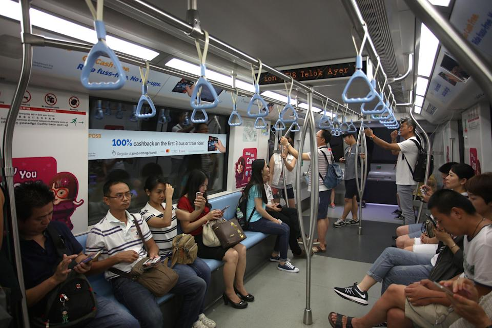 Commuters riding the Downtown Line train. (Yahoo file photo)
