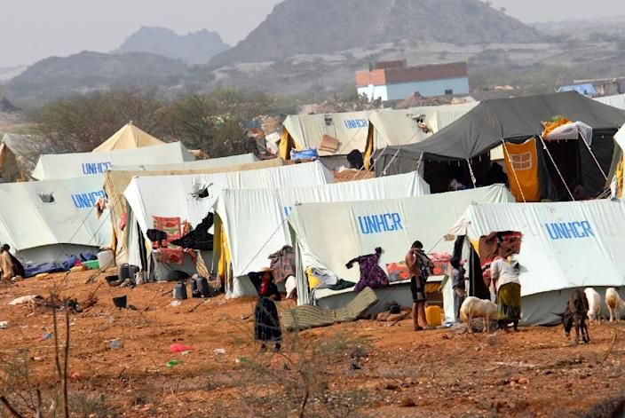 File photo shows displaced Yemenis at a camp set up by the United Nations High Commissioner for Refugees (UNHCR) in Mazraq in Yemen's Hajja region, 360 kms northwest of Sanaa, on September 10, 2009 (AFP Photo/Khaled Fazaa)
