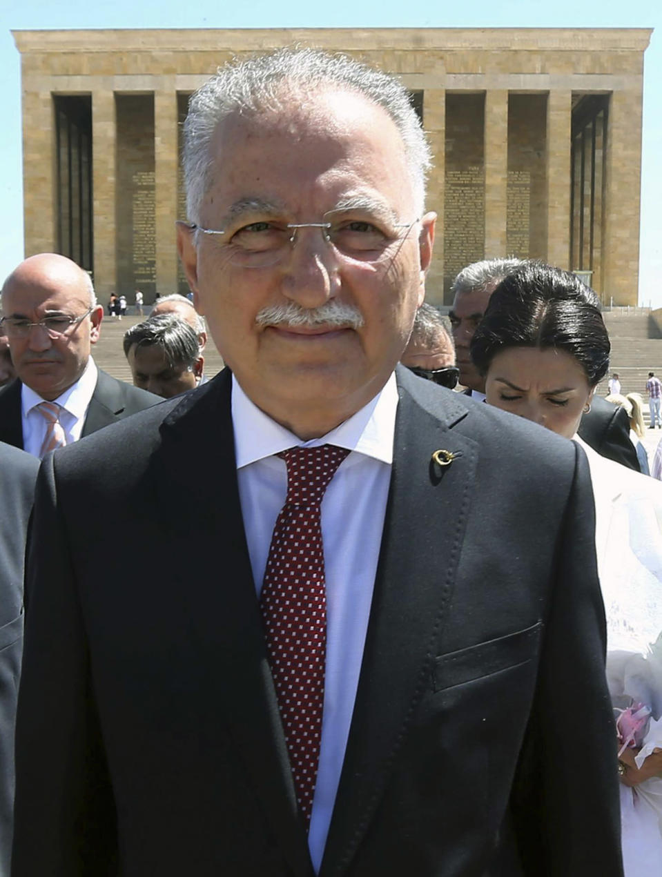 Turkish presidential candidate Ekmeleddin Ihsanoglu visits the Anitkabir -- the mausoleum of Mustafa Kemal Ataturk -- in Ankara, on June 30, 2014 (AFP Photo/Adem Altan)